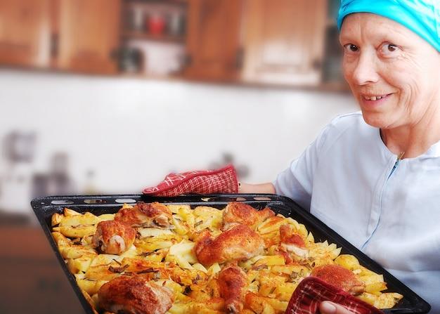 Vrouwen met bereide kip en aardappel
