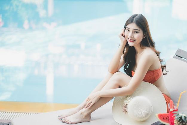 Vrouwen met bikini genieten van zomervakantie