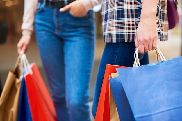 Vrouwen met boodschappentassen