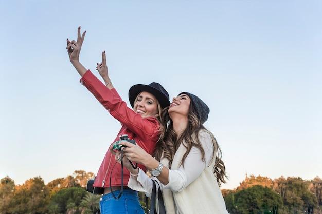 Vrouwen met camera met plezier in de natuur