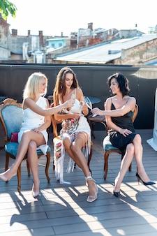 Vrouwen met champagne vieren