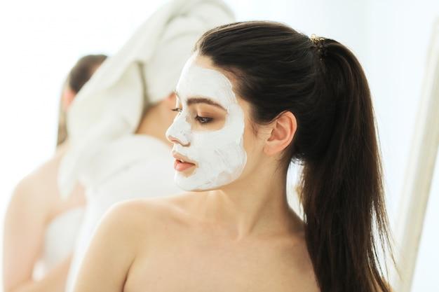 Vrouwen met cosmetische gezichtsproducten