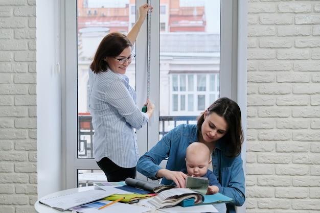 Vrouwen met een baby in een kantoor