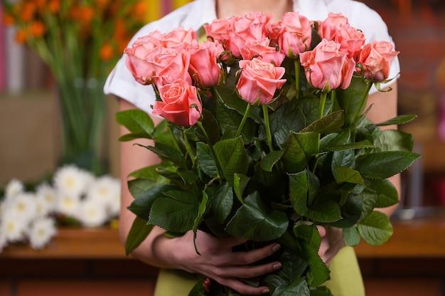 Vrouwen met een bos rozen. bijgesneden afbeelding van vrouw met bos rozen