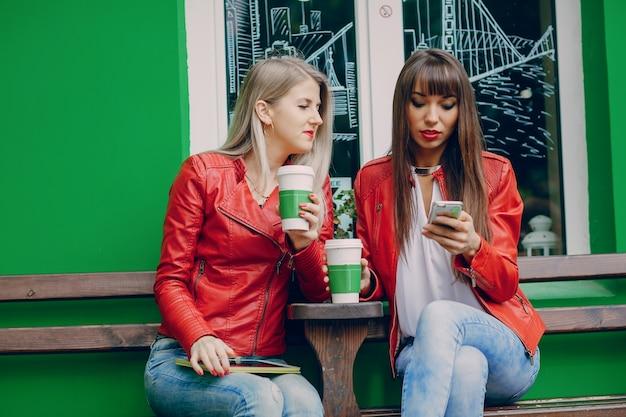 Vrouwen met een mobiele