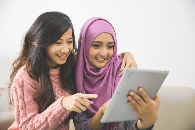 Vrouwen met een tablet