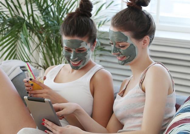 Vrouwen met gezichtsmasker, schoonheid en huidverzorging concept