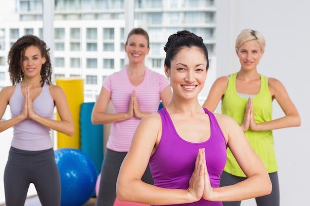 Vrouwen met handen trainden samen op de sportschool