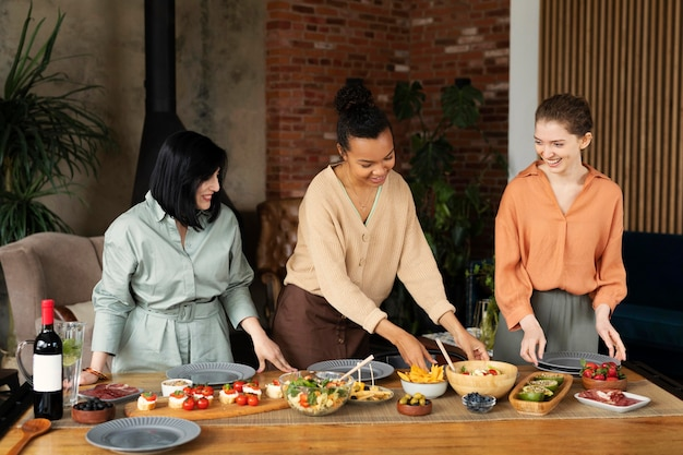 Vrouwen met heerlijk eten medium shot