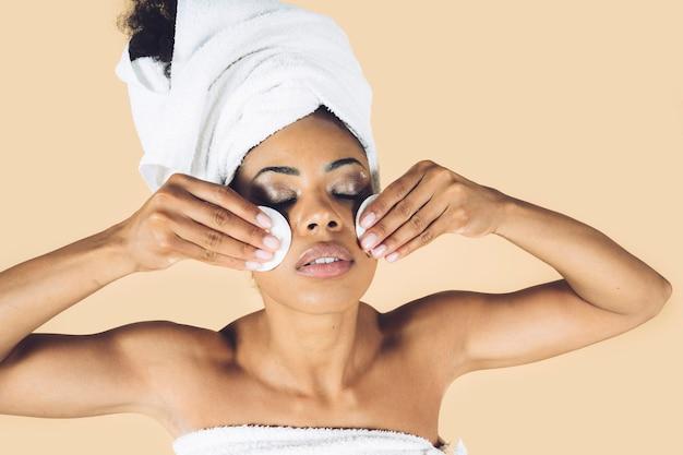 Vrouwen met lichaamshanddoek schoonheid schoonheidsreiniging gezicht