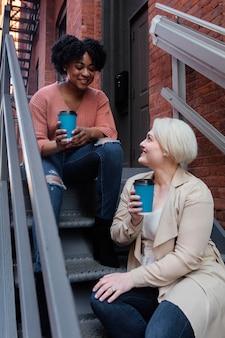 Vrouwen met middelgroot schot van koffiekoppen