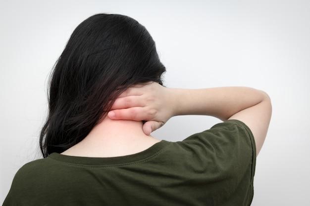 Vrouwen met nekpijn, met de hand op de nek drukken