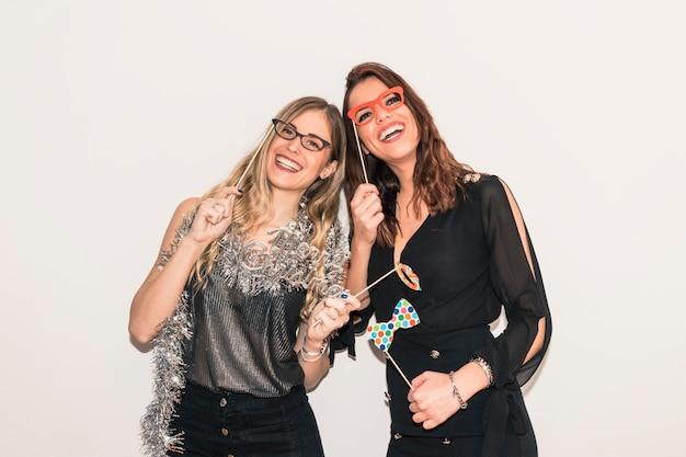 Vrouwen met papieren bril op feestje