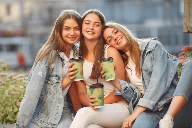 Vrouwen met plezier op straat met een kop koffie