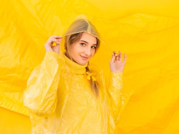 Vrouwen met regenjas poseren