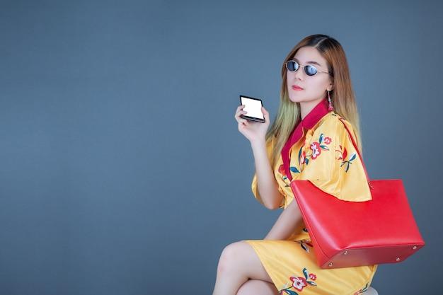 Vrouwen met slimme kaarten en mobiele telefoons