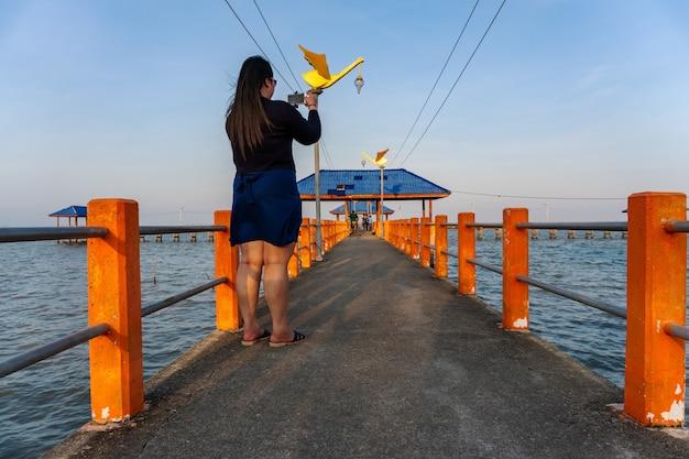 Vrouwen met slimme telefoon mobiel in zeegezichtaard