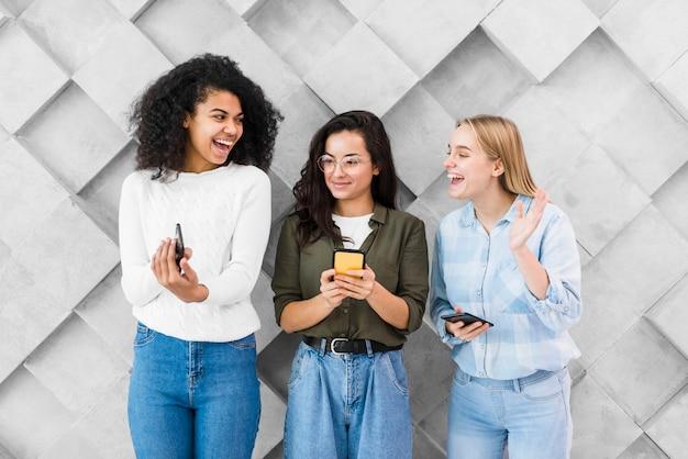 Vrouwen met telefoons op kantoor