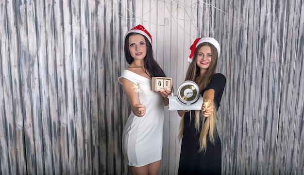 Vrouwen met vintage klok en bengalen lichten