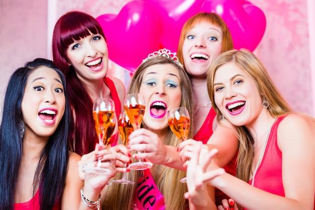 Vrouwen met vrijgezellenfeest in nachtclub