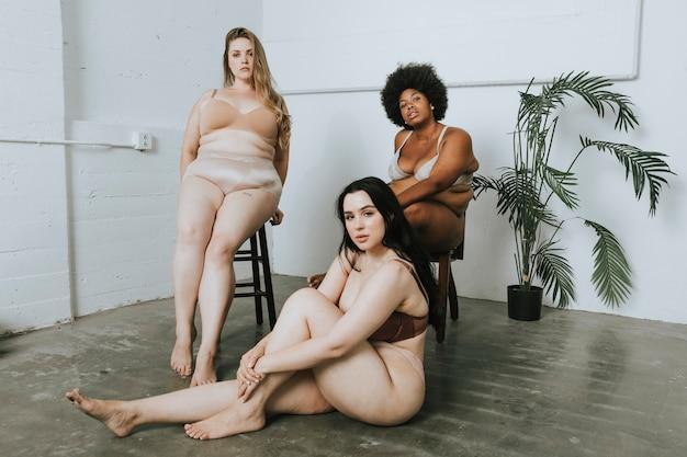 Vrouwen met zelfvertrouwen en lichaamspositiviteit Premium Foto