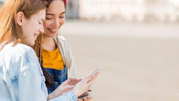 Vrouwen mobiel controleren