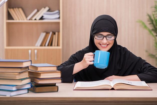 Vrouwen moslimstudent die voor examens voorbereidingen treffen