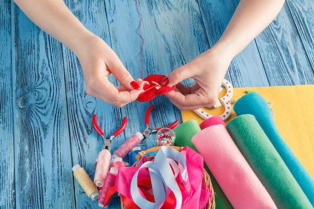 Vrouwen naaien met de hand en maken handgemaakt hart