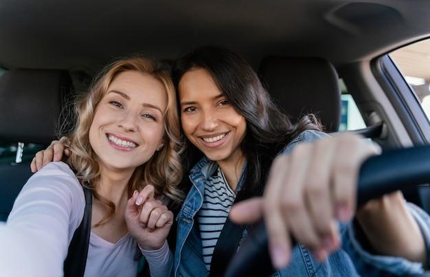 Vrouwen nemen een selfie in de auto