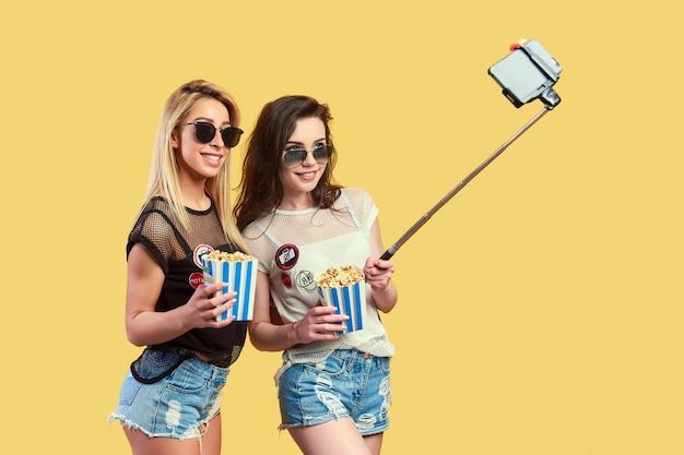 Vrouwen nemen selfie met popcorn