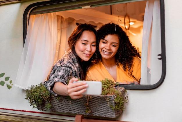 Vrouwen nemen zelffoto en samen zijn
