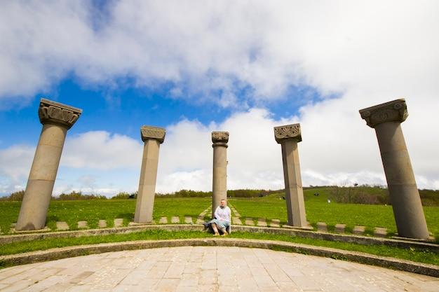 Vrouwen nemen zelffoto met zelfklevende, reiziger in didgori-monument in didgori, georgië.