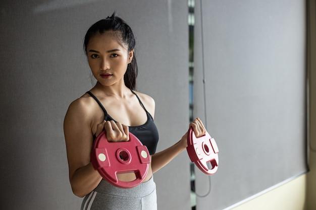 Vrouwen oefenen met twee haltergewichtplaten