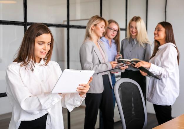 Vrouwen ontmoeten elkaar op het werk voor brainstormen