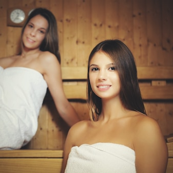 Vrouwen ontspannen in een sauna