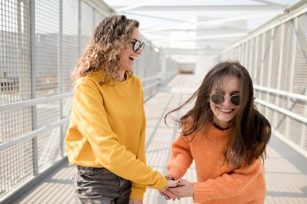 Vrouwen op een brug die voor de gek houden