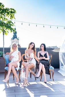 Vrouwen op een feestje met champagne