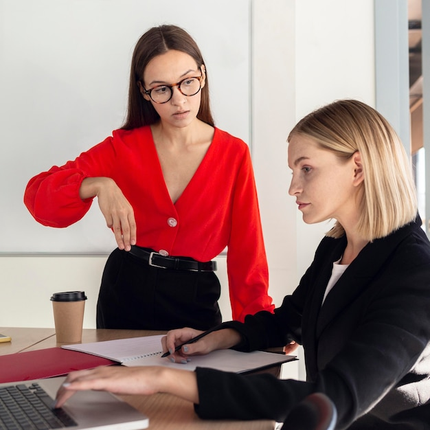 Vrouwen op het werk die gebarentaal gebruiken om te communiceren