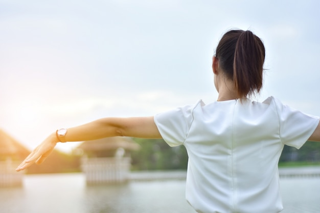 Vrouwen op ochtend bij rivierzonsondergang