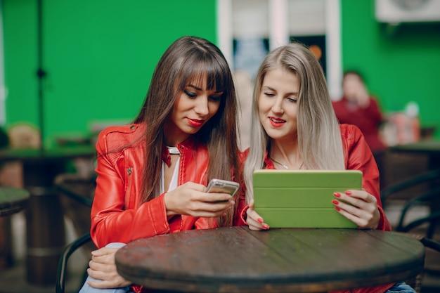 Vrouwen op zoek naar een smartphone