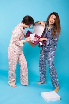 Vrouwen openen online kledingaankoop