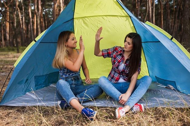 Vrouwen overeenkomst. tent vriendschap. samen klaar. neem vijf