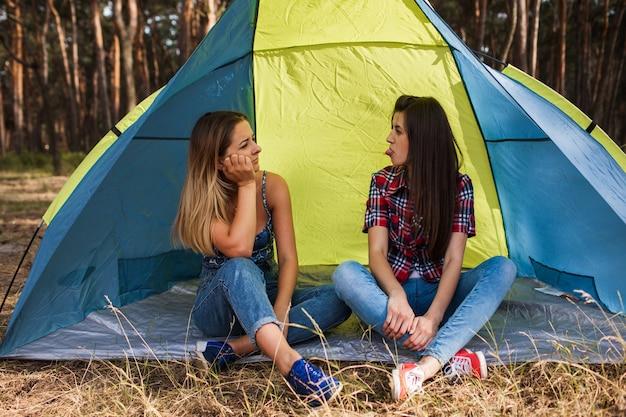 Vrouwen overeenkomst. tent vriendschap. samen klaar. ochtend grappen