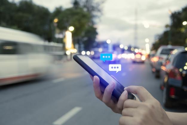 Vrouwen overhandigen met behulp van smartphone typen, chatten gesprek in chatbox en pictogrammen social media app pop-up. maketing technische achtergrond.