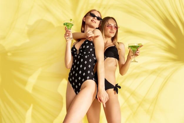Vrouwen poseren in modieuze bodysuit