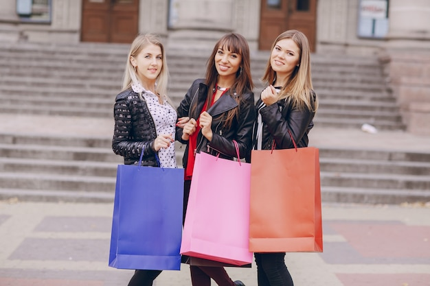 Vrouwen poseren met aankoop zakken