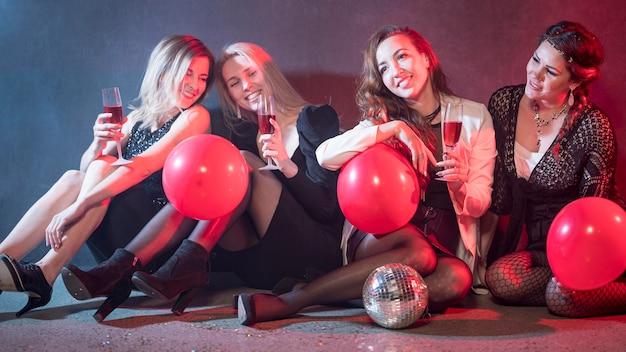 Vrouwen poseren met ballonnen
