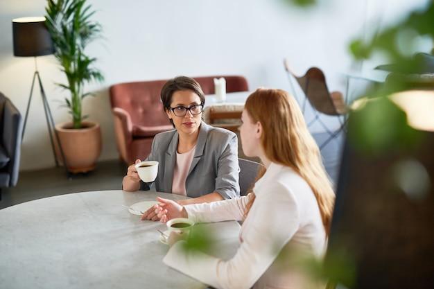Vrouwen praten in café