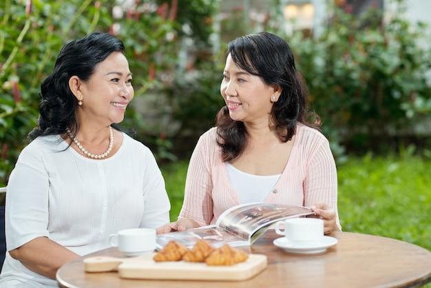 Vrouwen praten in het café