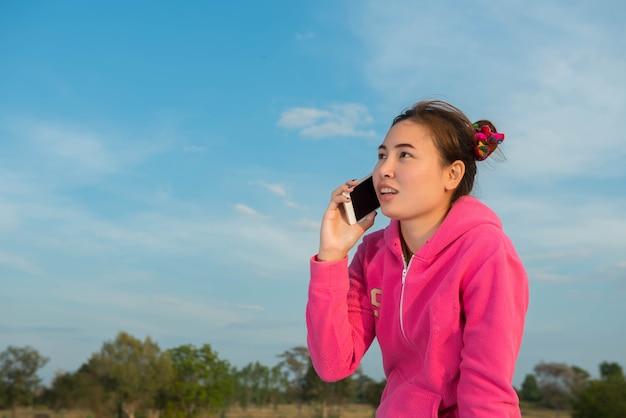 Vrouwen praten met vrienden via de mobiele telefoon.
